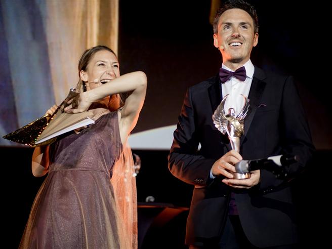 Die Moderatoren Dunja Burghardt und Francesco Bertolini bei der Cosmic Angel Award® Gala © Axel Hebenstreit