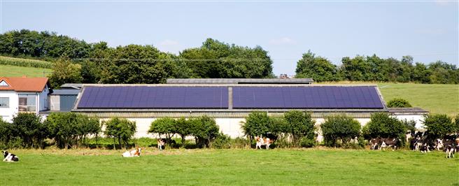 Die rds Dachkampagne ersetzt bundesweit alte Agrar-Asbestdächer durch Solaranlagen. © iStock-schmidt-z