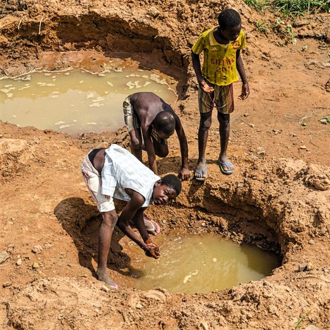 Wenn Brunnen austrocknen, bleibt oft nur noch das Graben. © natureOffice