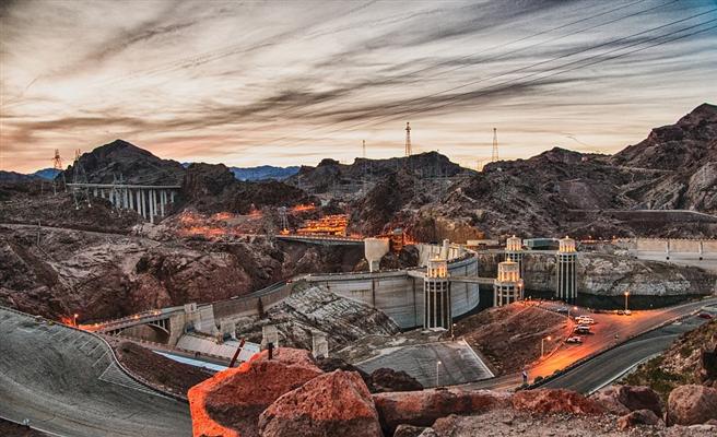 Saubere Wasserkraft? Das Ausmaß der menschenrechtlichen und umweltrelevanten Verstöße solcher Großprojekte ist erheblich. Auf dem Foto sehen Sie eine Brücken-Baustelle des Hoover Staudamms in Nevada. © hsvbooth, pixabay.com