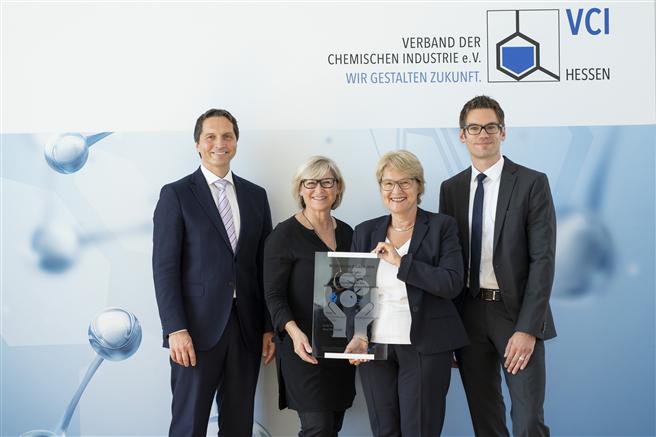 Für die DAW nahmen Geschäftsleitungsmitglied Dr. Christoph Hahner, Karin Laberenz (Unternehmenskommunikation), Bettina Klump-Bickert (Nachhaltigkeit) und Björn Schön (Produktsicherheit) die Auszeichnung entgegen (v. l.). © Jana Kay/VCI Hessen