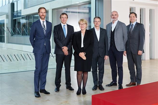 Der neu besetzte Nachhaltigkeitsbeirat diskutierte über nachhaltige Zukunftsthemen (v. l. Dr. Ralf Murjahn (DAW), Prof. Sven Bienert, Bettina Klump-Bickert (DAW), Björn Foetsch, Martin Murphy, Dr. Christoph Hahner (DAW) © DAW SE – Fotograf Britta Hüning