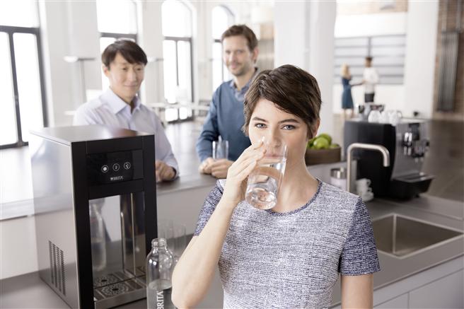 Wasserflaschen durch Wasserspender zu ersetzen schärft das Bewusstsein von Mitarbeitern und Entscheidungsträgern. Wasserspender von BRITA Vivreau sind schnell installiert und amortisieren sich meist schon innerhalb des ersten Jahres © Brita