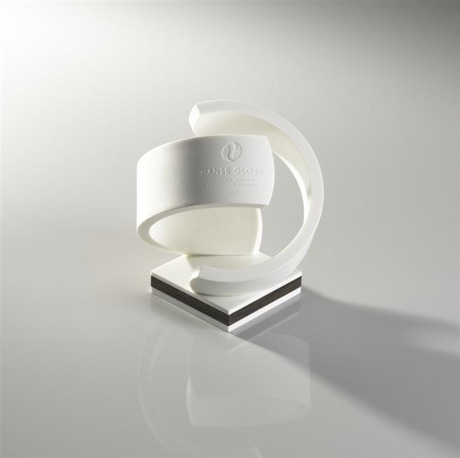 Der Gewinner des Hanse Globe erhält eine Trophäe, die einen Globus symbolisiert, der aus zwei Blättern gebildet wird. Im Sockel befindet sich Mooreiche – Holz steht für Nachhaltigkeit. Die Hanse Globe Trophäe © LIHH