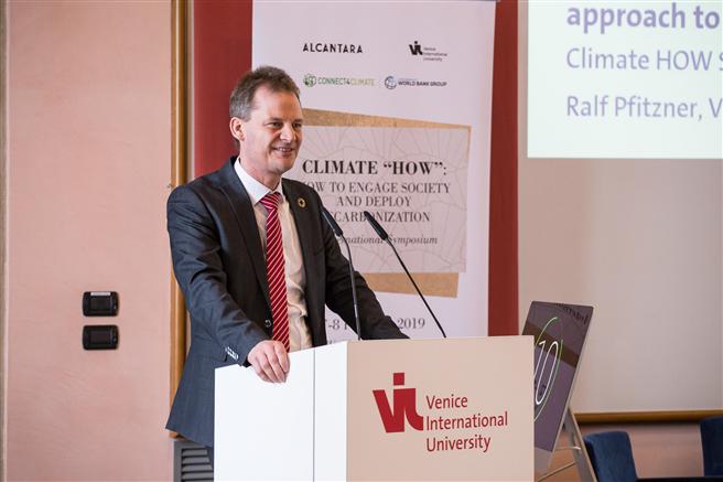 Ralf Pfitzner, Leiter des Konzern Nachhaltigkeit bei Volkswagen, präsentierte den Dekarbonisierungsansatz des Unternehmens. © Alcantara