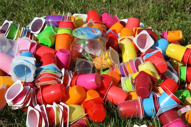 Um Verpackungsmüll zu verringern, sind ein Abfallvermeidungsziel und Wiederverwendungsquoten nötig © EKM-Mittelsachsen