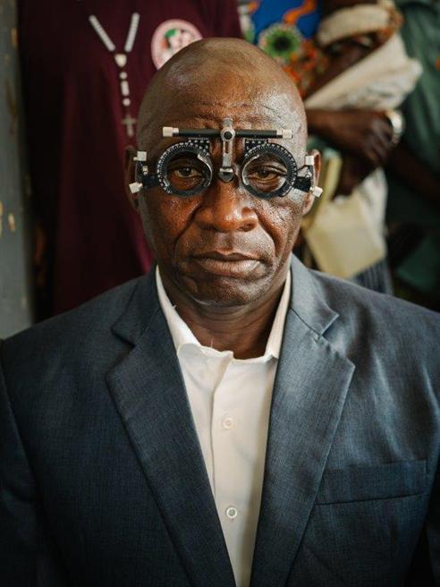 Endlich Durchblick! Der Patient freut sich auf seine neue Brille. © Gregor Kuntscher