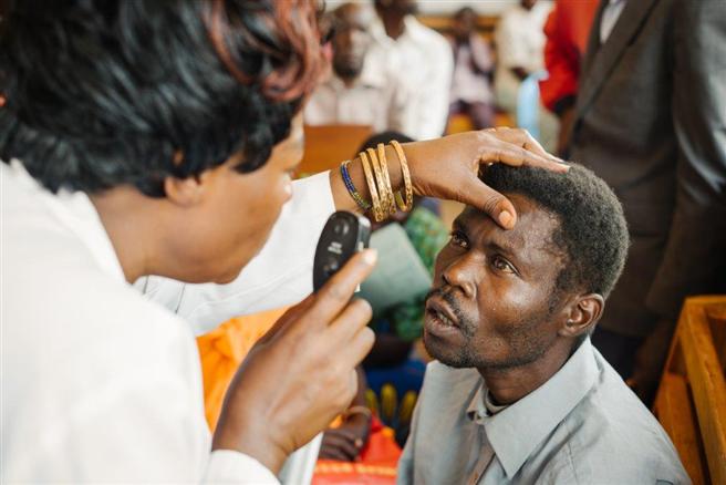 Bestandteil des NIURE-Programms ist eine sorgfältige Untersuchung der erkrankten Augen. © Gregor Kuntscher