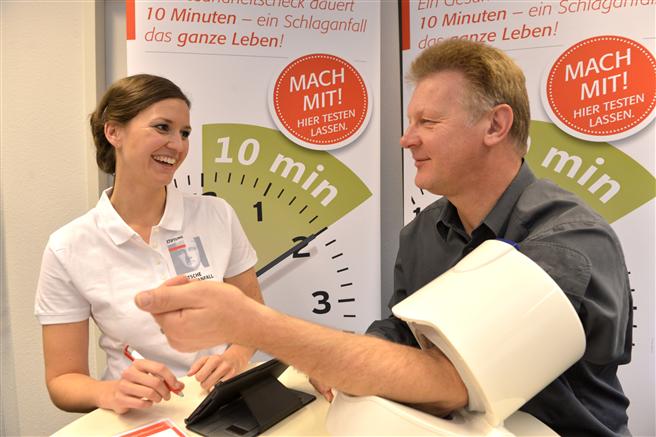 Die Schlaganfall-Hilfe führt regelmäßig Gesundheitschecks und Beratungen in Unternehmen und Behörden durch. © Stiftung Deutsche Schlaganfall-Hilfe