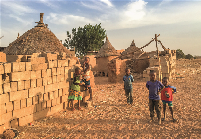 Kindern durch Bildung eine Zukunft geben - dabei unterstützt die Hevert-Foundation Francis Kéré © Hevert