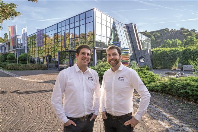 Mathias Hevert (r.) und sein Bruder Marcus Hevert (l.) setzen auf Vertrauen, Transparenz, Teamgeist und Leistungswille als Basis für interne Zusammenarbeit. © Hevert-Arzneimittel GmbH & Co. KG