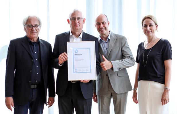 Mit dem Leindotter-Projekt war die DAW SE bei der DGNB Sustainability Challenge 2019 in der Kategorie 'Innovation' erfolgreich. Forschungsprojekte, Start-ups und etablierte Unternehmen mit Produktinnovationen im Bereich des nachhaltigen Bauens traten am 25. Juni in Stuttgart gegeneinander an, um die Sieger im Rahmen des DGNB-Tags der Nachhaltigkeit zu ermitteln. Bei der Preisverleihung (von links): DGNB-Präsident Professor Alexander Rudolphi, Caparol Markenmanager Wolfgang Hoffmann, der DAW-Entwicklungsleiter für Innenbeschichtungen Dr. Stephan Ottens und Dr. Christine Lemaitre (Geschäftsführender Vorstand DGNB) © DGNB