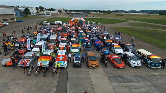 Bei der WAVE-Trophy fahren über 50 Fahrzeuge gemeinsam in acht Tagen quer durch die Republik, um zu zeigen, dass Elektromobilität schon heute alltagstauglich ist. © Zero Race GmbH