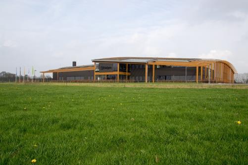 Im Industriegebiet 'Stepelerveld' in Haaksbergen liegt Uzin Utz Nederland mit der grünsten Fabrik der Niederlande. Sie vereint ressourcenschonende und energieeffiziente Produktion, Arbeits- und Bauweise. © Uzin Utz AG