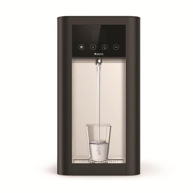 Diese leitungsgebundenen Wasserspender gibt es als Auftisch- und Standgeräte mit individualisierbarem Unterschrank. Mit dem erfrischenden, neuen Kollegen verstärken Sie nachhaltiges Handeln im Unternehmen. © BRITA GmbH