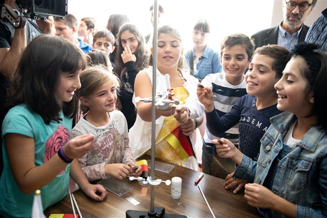 Die Schüler der Lekheti Schule weihen ihr neues Equipment für den Physik- und Chemieunterricht ein. © toom