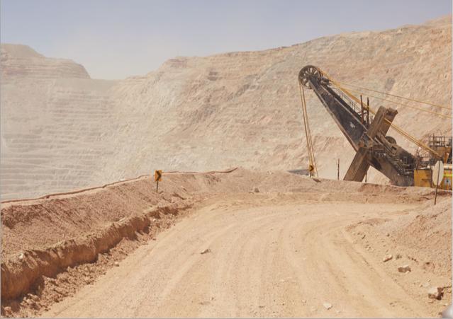 'Die ökologischen Auswirkungen des Mineralienabbaus sind lokal verheerend': Chuquicamata ist ein Kupfertagebau in der Atacama-Wüste im Norden Chiles und mit ca. 4.300 m Länge, 3.000 m Breite und 1.100 m Tiefe eines der größten von Menschen geschaffene Löcher der Erde. Chuquicamata ist einer der bedeutendsten Kupferproduzenten weltweit. Fotos März 2019 © Thorsten Klapsch