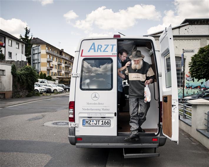 Unser Verein wendet sich gezielt an arme und notleidende Menschen, die krank sind. Klicken Sie sich durch, wir helfen gerne! © Armut und Gesundheit in Deutschland