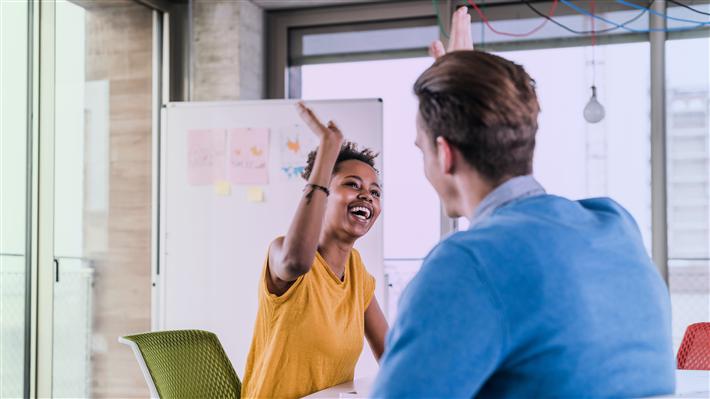 Neben einem Preisgeld von 75.000 Euro erhalten die Gewinner ein professionelles Coaching der Social Entrepreneurship Akademie – egal ob die Initiative noch in ihren Anfängen steckt oder bereits umfassende Erfahrungen gesammelt hat. © Deloitte-Stiftung