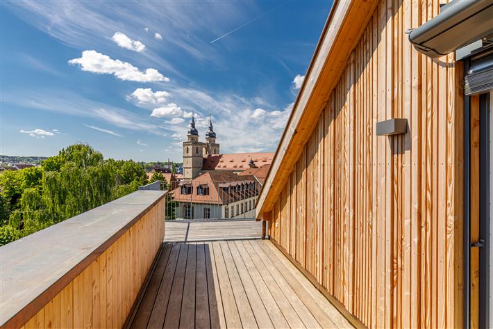 Das historische Stadtzentrum Bayreuths ist um ein inoffizielles Wahrzeichen reicher. Gegenüber des Neuen Schlosses und unmittelbar hinter dem Sitz der Regierung von Oberfranken errichtet die VIDA HolzProjekt GmbH in Zusammenarbeit mit holzius einen Wohngebäudekomplex der Gebäudeklasse 5 – in innovativer und zeitgemäßer Holzbauweise. © VIDA HolzProjekt GmbH