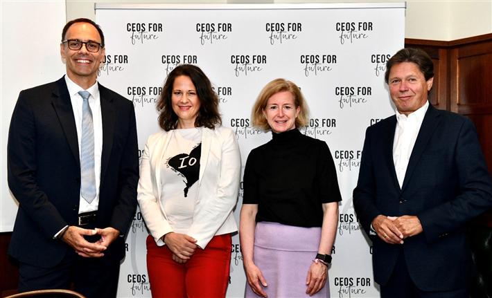 C4F Pressegespräch, 28.09.2021, Wien – CO2-Paper: Berthold Kren (CEO LAFARGE Zementwerke GmbH), Christiane Brunner (Vorständin CEOs FOR FUTURE), Birgit Kraft-Kinz (Vorständin CEOs FOR FUTURE), Wolfgang Anzengruber (Vorstand CEOs FOR FUTURE). Fotocredit: CEOs FOR FUTURE / Tsitsos