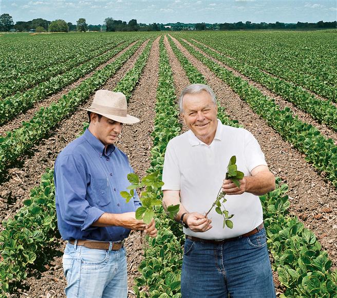 Bayer steht Landwirten weltweit zur Seite: Die Landwirte Theodorus Sanders (rechts) und Baltazar Fernandes inspizieren das Wachstum von Sojapflanzen im Südosten Brasiliens. Foto: Bayer CropScience AG