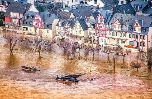 Das Versiegeln von ca. 60 ha wertvollen Ackerbodens pro Tag in Deutschland führt mit zur Verschärfung der Hochwassergefahr. © analogicus, pixabay.com