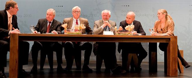 Fritz Lietsch moderiert gemeinsam mit Nina Eichinger ein Panel auf dem deutschen Nachhaltigkeitstag mit Prof. Töpfer, Dr. Bode, Prof. Weizsäcker, Prof. Werner