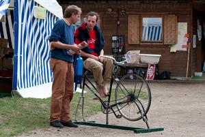 Auf kubanischen Fahrrädern werden schon am frühen Morgen leckere Fruchtshakes zubereitet - garantiert 100% Ökostrom © livingutopia