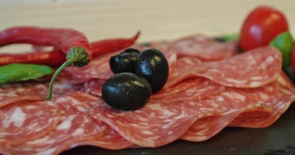 Die Partner des neuen BMWi-Projekts 'FINAL' nutzen funktionelle Extrakte aus Olivenpflanzen um Wurstwaren länger haltbar zu machen. Foto: RitaE / Pixabay